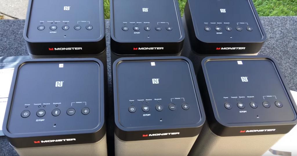 Шесть колонок соединенных вместе беспроводной технологией EZ-Play