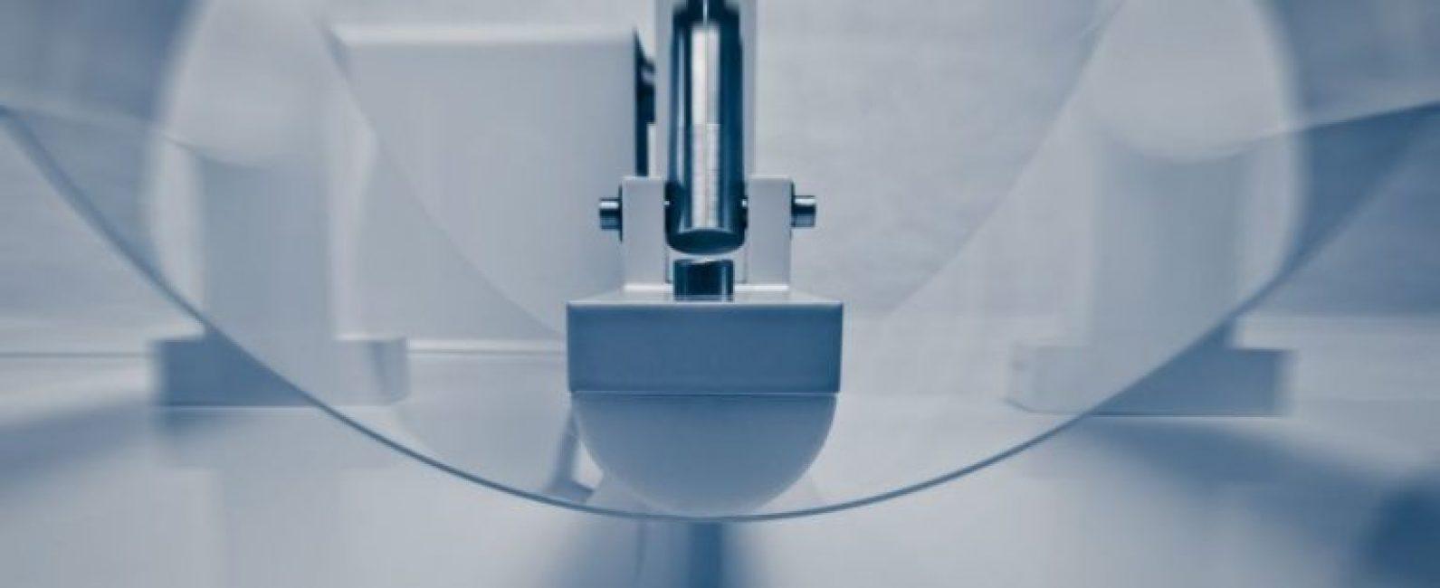 Тестирование ударопрочного стекла на прочность в цехе компании