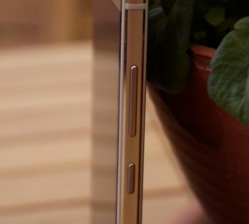 Телефон опоясывает металлический бампер