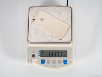 Масса смартфона на весах