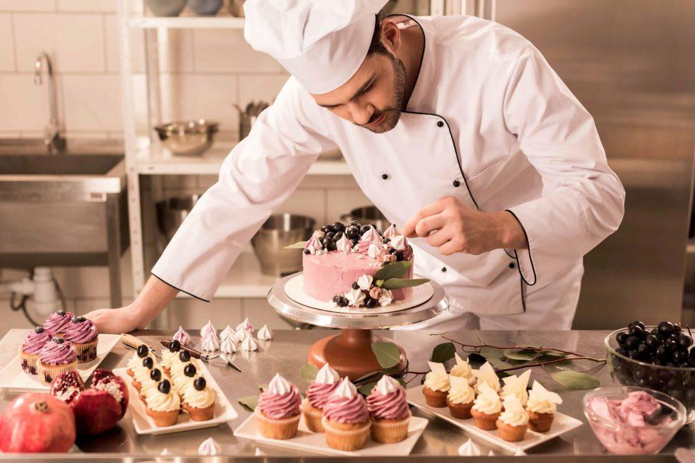 Курсы по кулинарному и кондитерскому искусству также пользуются популярностью из года в год, хотя их прохождение далеко не всегда мотивировано профессиональными амбициями.