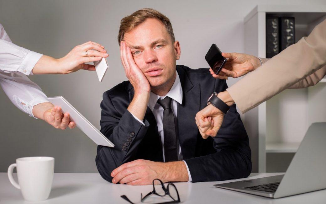 Установите себе рабочую неделю и часы, будь то с 9.00 до 17.00 или с 23.30 до 00.00. Укажите эту информацию в своих рабочих аккаунтах, оповестите заказчиков.